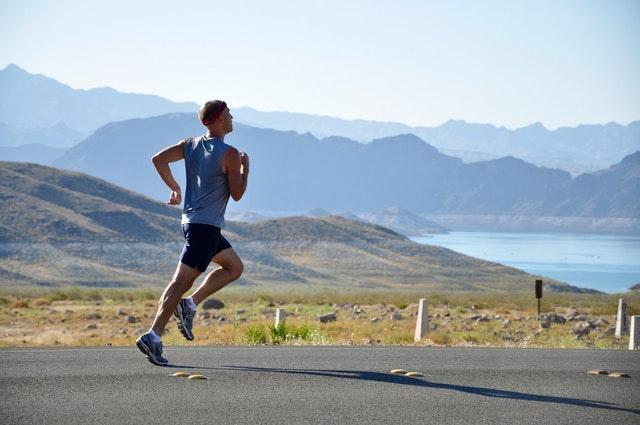 Hoka One One Arahi 2 to buty do biegania, które sprawdzą się świetnie, zarówno dla amatorów, jak i profesjonalistów