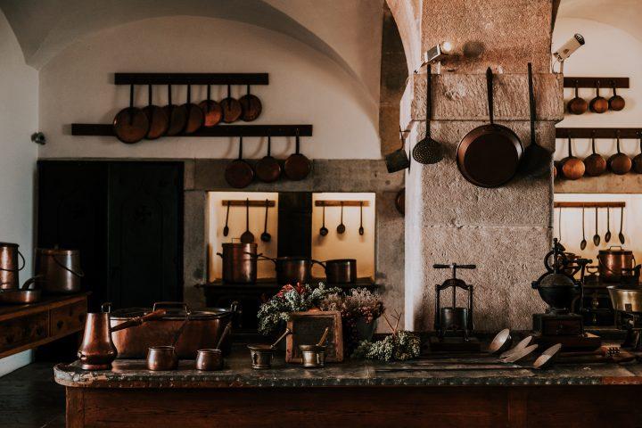 prowansalska kuchnia, a w niej prowansalski stół kuchenny