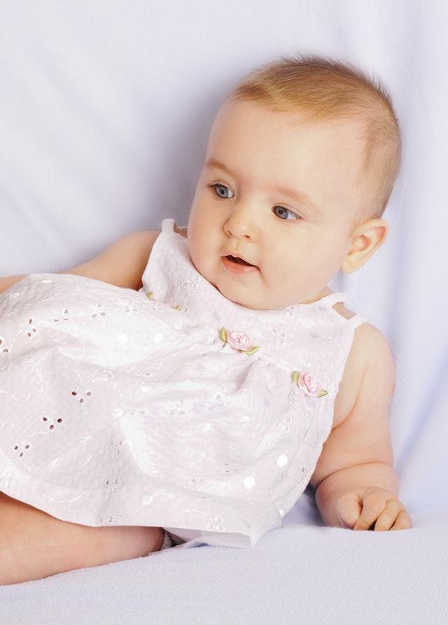 Sukienka dziewczęca mayoral kremowa z koronką to idealny model sukienki na ważne okoliczności