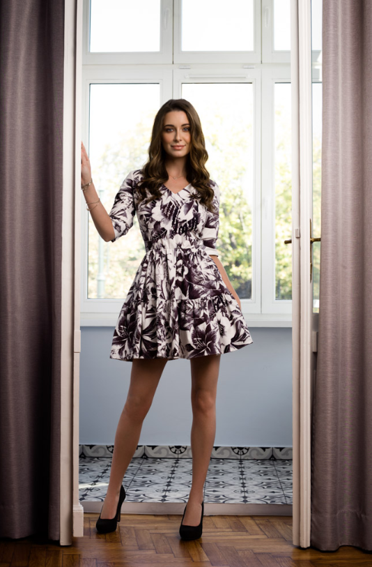 Sukienka w kwiaty czarno-biała to idealna sukienka do chodzenia na co dzień, jak i na ważne okazje