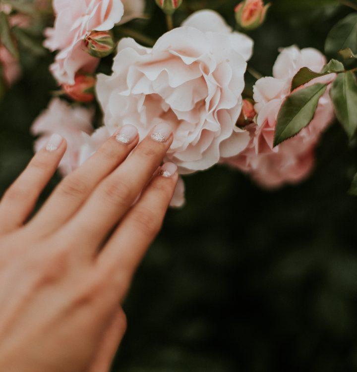Pro white glitter to lakier do paznokci, dostępny w atrakcyjnej cenie w sklepie internetowym alessandro