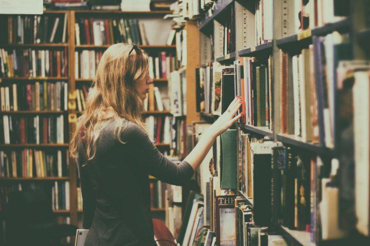 szara biblioteczka