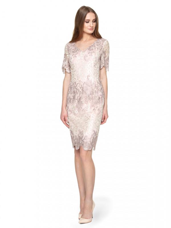 Jasnoróżowa koronkowa sukienka idealna na bankiety