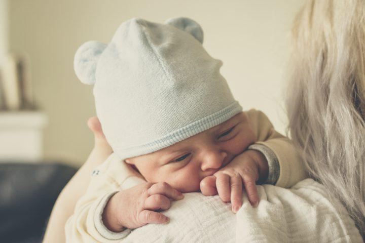 Krew w kupce niemowlaka może być wywoływana na skutek infekcji, alergii lub zaparć. Sprawdź, jak sobie z nią poradzić!