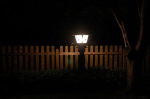 Lampa ogrodowa nocą