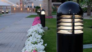 Korzystając z lamp ogrodowych LED oświetlisz chodniki