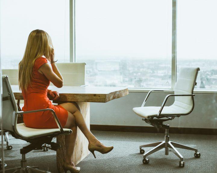 Sukienki do pracy powinny mieć odpowiednią długość, fason oraz kolor.
