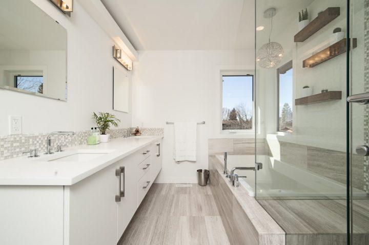 Szafki stojące Cersanit to doskonały wybór do aranżacji małych łazienek.