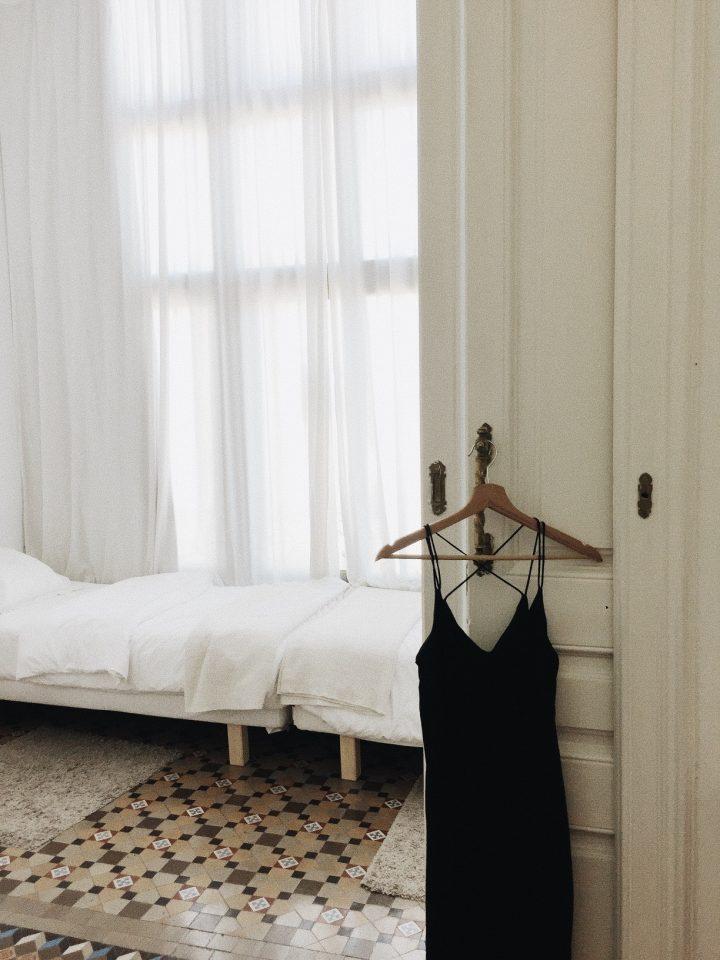 Sukienka z aplikacją świetnie sprawdzi się zarówno z eleganckimi, jak i sportowymi dodatkami