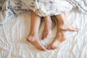 ludzie w łóżku po grze wstępnej