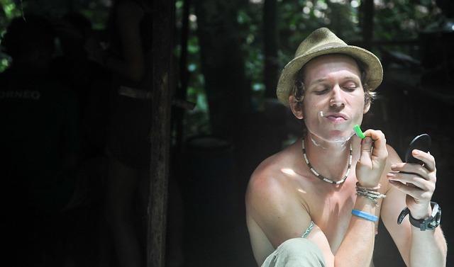 Mężczyzna goli swój zarost przed nałożeniem balsamu po goleniu