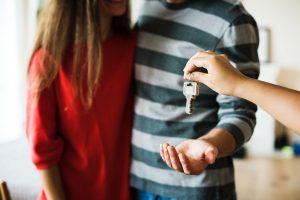 Zdjęcie przedstawia parę, która zastanawia się jak urządzić nowe mieszkanie.