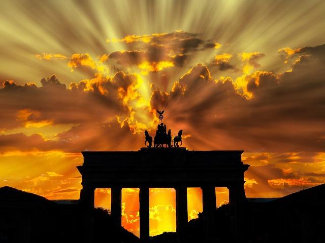 Kursy niemieckiego w Krakowie pozwolą ci nauczyć się niemieckiego i podróżować samemu po Niemczech czy Austrii. Na zdjęciu Brama Brandenburska w Berlinie o zachodzie słońca