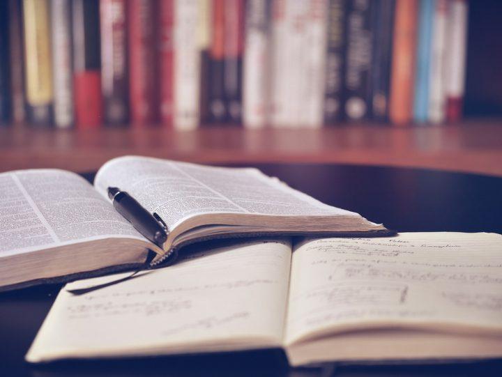Książki w bibliotece na stole