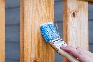 Poznaj kilka sposobów na to, jak pomalować boazerię.