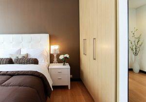 Lampka przy dużym łóżku
