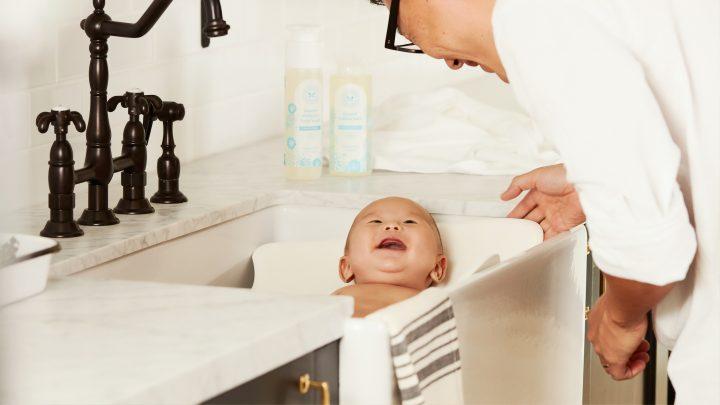 Sprawdź, w jakiej temperaturze powinna przebiegać kąpiel noworodka, a także jakie akcesoria są do niej niezbędne