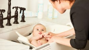 Kąpiel noworodka to jedna z podstawowych czynności, o które powinniśmy się zatroszczyć posiadając małe dziecko