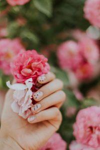 Manicure vinylux to alternatywa dla paznokci hybrydowych, która jest delikatniejsza dla płytki paznokci